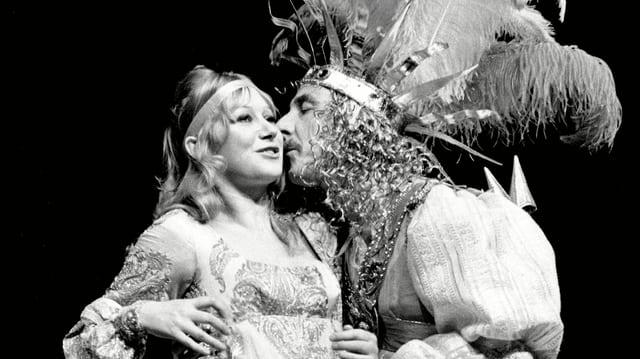Zwei Theaterschauspieler in inniger Umarmung