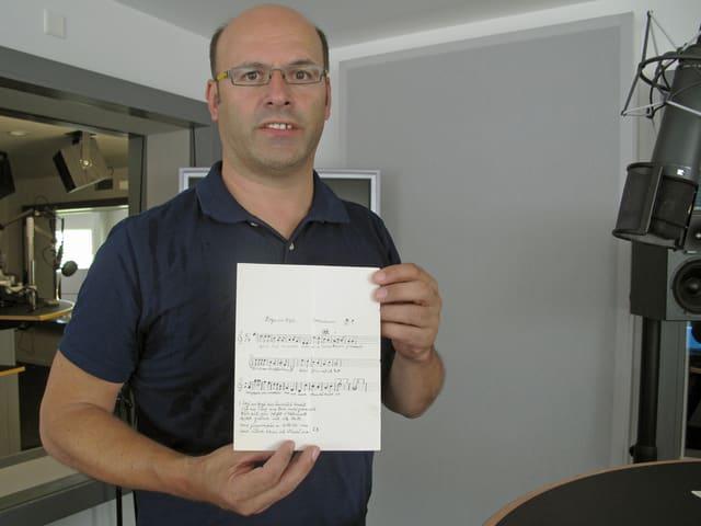 Peter Gisler mit der Originalnotation von Zogä am Bogä.