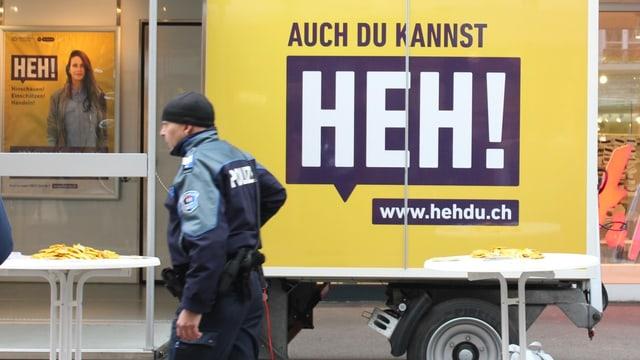 Ein Poliziste vor einem Plakat