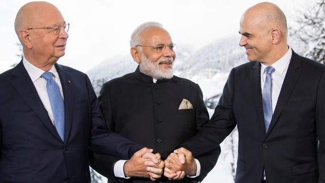 Il fundatur dal Forum mundial d'economia Klaus Schwab, il primminister da l'India Narendra Modi ed il president da la confederaziun Alain Berset, durant. l'avertura dal WEF.