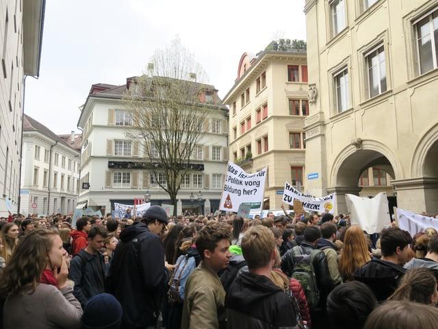 Schülerdemonstration vor dem Regierungsgebäude in Luzern