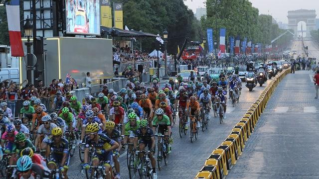 Das Feld der Tour de France auf den Champs Elysées.