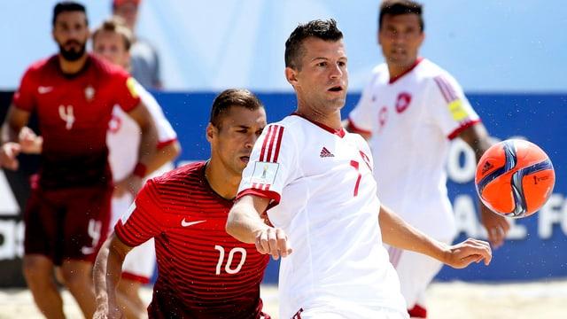 Der Schweizer Sandro Spaccarotella und der Portugiese Belchior duellieren sich um den Ball.