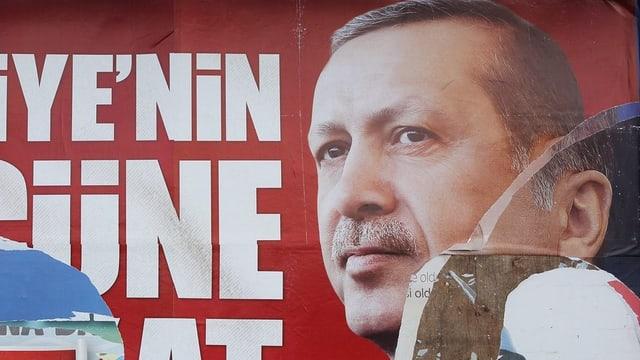 Ein beschädigtes Wahlplakat vom türkischen Premier Erdogan.