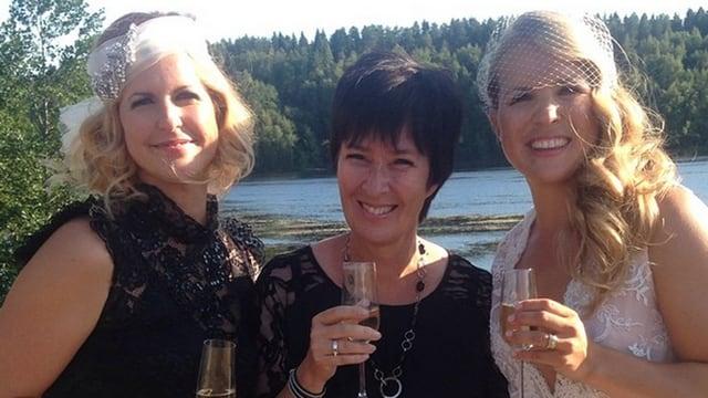 Anja Pärson (rechts) und Filippa Radin stossen mit Mona Sahlin (Bildmitte) an.