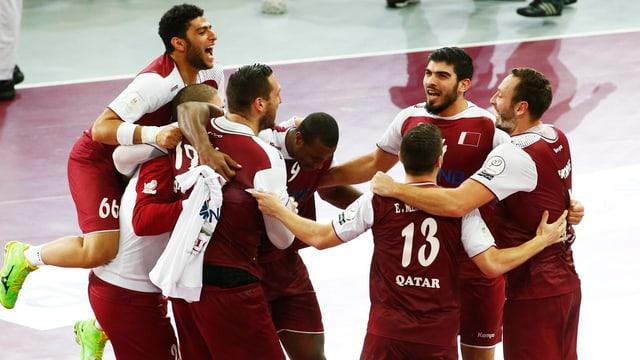 Katars Handballer jubeln im Kreis