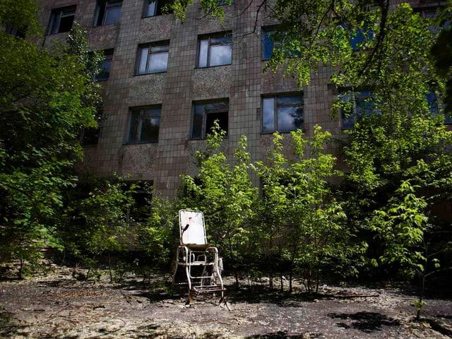 Ein Geburtshelferstuhl vor dem ehemaligen Spital in Pripyat, 3 Kilometer vom Kernkraftwerk Tschernobyl entfernt.