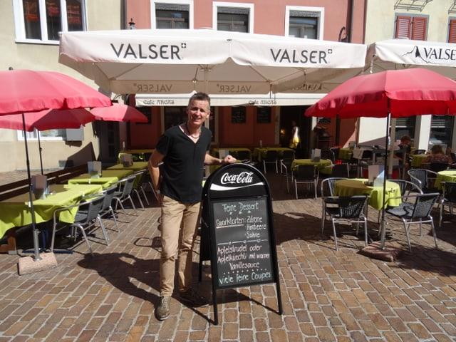 Linus Caduff davant ses café Arcas