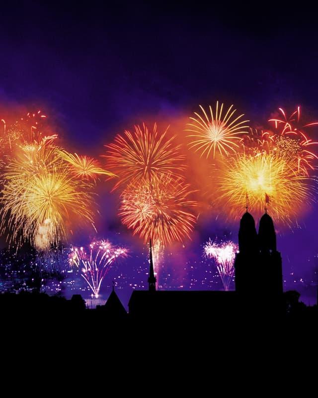 Buntes Silvester-Feuerwerk über dem Zürcher Grossmünster