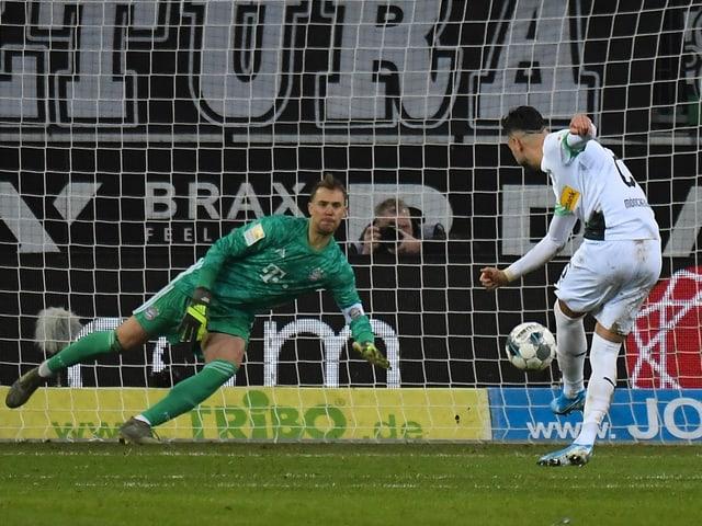 Ramy Bensebaini bezwingt Manuel Neuer vom Punkt.
