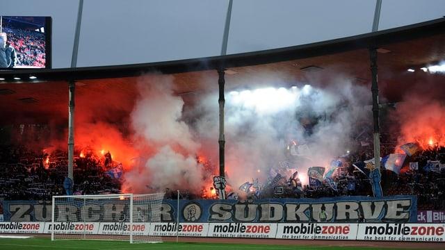 Südkurve im Zürcher Letzigrund-Stadion – Rauch von Pyros