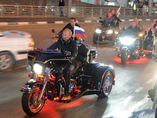 Wladimir Putin fährt einer Bikergruppe vor.