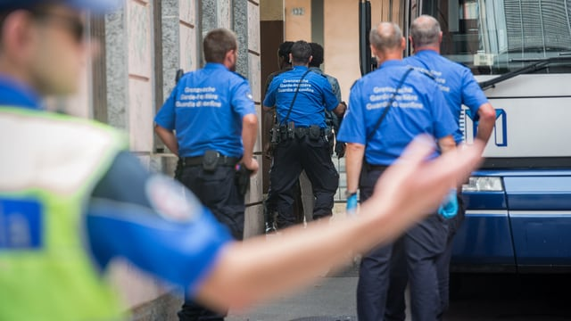 Las guardias-cunfin stattan davant in bus si.