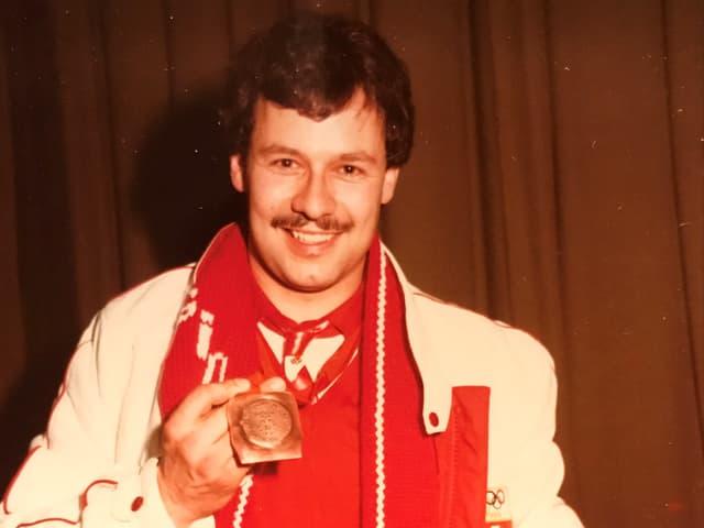 Rico Freiermuth zeigt seine Olympia-Medaille.