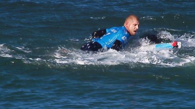 Surfer kämpft mit Hai.