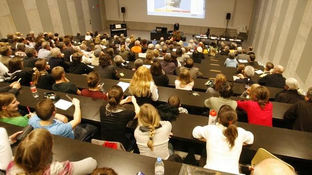 Hörsaal mit Studierenden.