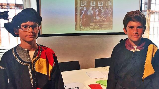 Zwei Schulkinder in historischen Gewändern