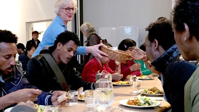 Mittagessen in einer Kirchengemeinde für Flüchtlinge.