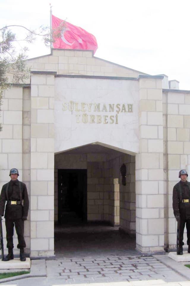 Zwei türkische Soldaten vor dem Eingang des Mausoleums.