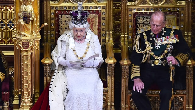 La regina Elisabeth cun curuna e ses um prinzi Philip.