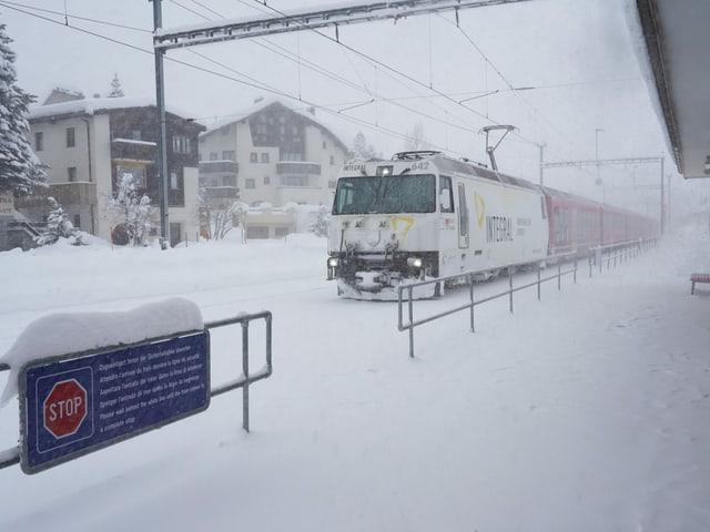 Schnee an Bahnhof
