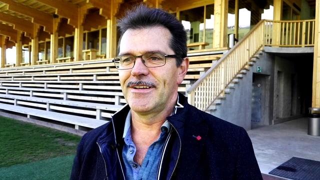 Simon Lutz avant il stadion a Schluein.