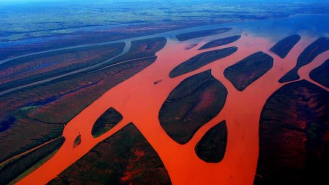 Bombetoka Bay von oben: orangefarbene Flüsse, die ins Meer fliessen.