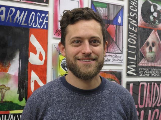Porträt von Luca Schenardi vor bunter Wand
