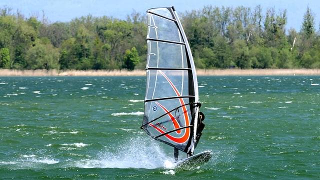 Ein Surfer im Wind.