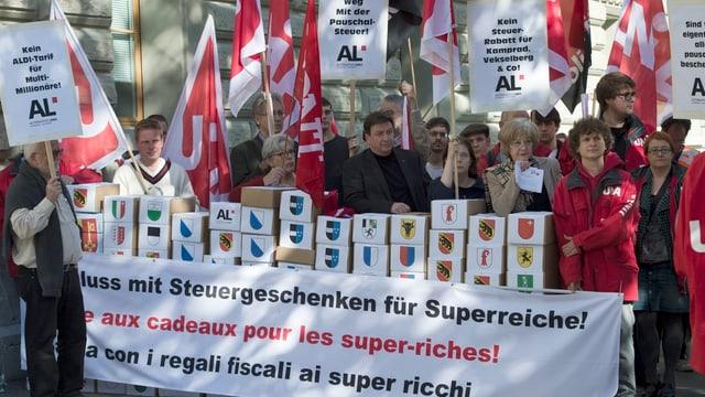 Unterstützer der Initiative zur Abschaffung der Pauschalbesteuerung mit Fahnen und Plakaten