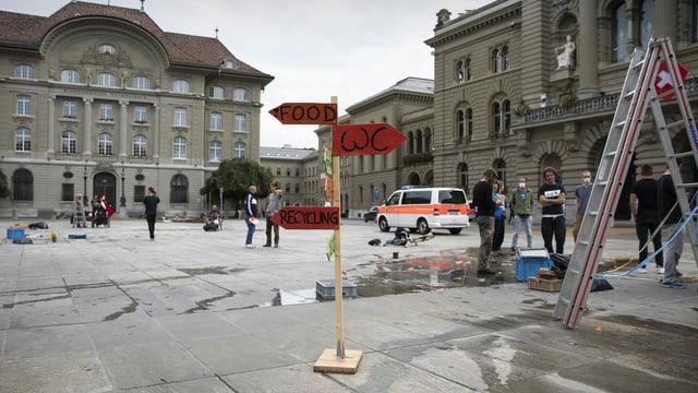 Relativ leerer Bundesplatz, ein Polizeiauto steht darauf.
