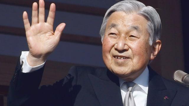 Kaiser Akihito lächelt und winkt.