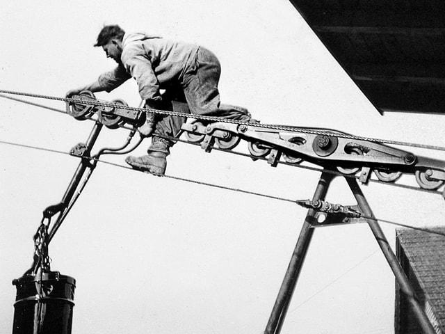 Willy Garaventa bei Arbeiten an der Seilbahn.