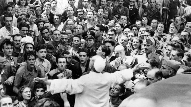 Papst Pius XII. inmitten einer Menschenmenge