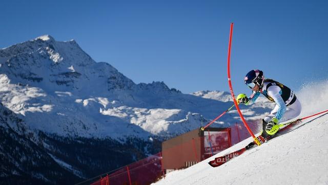 Skifahrerin zwischen Slalomstangen in St.Moritz, im Hintergrund ein Berg.