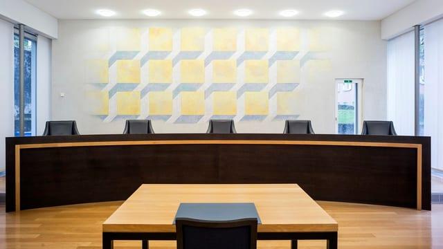 Stühle der Richterinnen und Richter im Urner Gerichtssaal