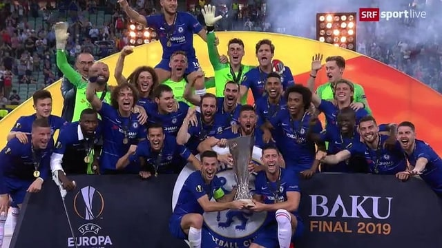 Giugaders da ballape da Chelsea celebreschan la victoria.