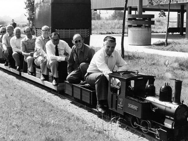 Fritz Honegger als Lokführer einer Mini-Eisenbahn