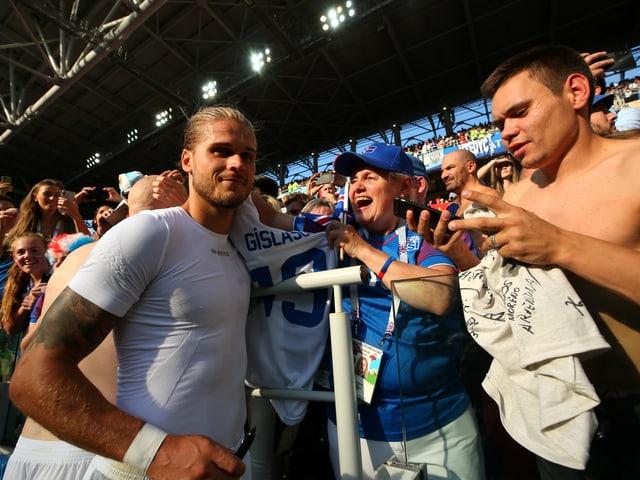 Rurik Gislason posiert mit Fans.