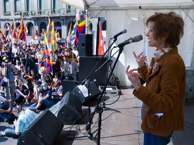 Federica De Cesco am Mikrofon auf der Bühne. 2008 in Bern auf einer Veranstaltung zur Unterstützung Tibets.