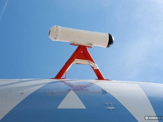 Eine Kamera, aussen auf einem Flugzeug aufgebracht.