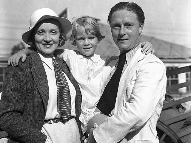 Bild von einer Familie mit Eltern und Tochter.