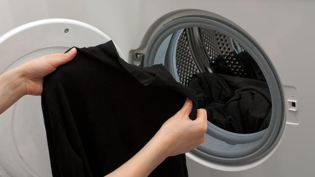 Schwarze Wäsche aus der Waschmaschine