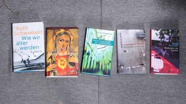 Fünf Bücher nebeneinander.