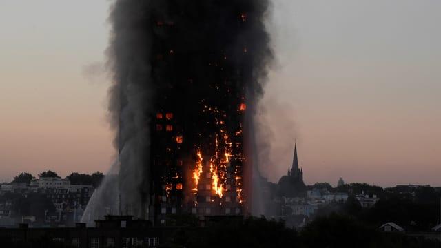 Grenfell Tower in Vollbrand in der Morgendämmerung.