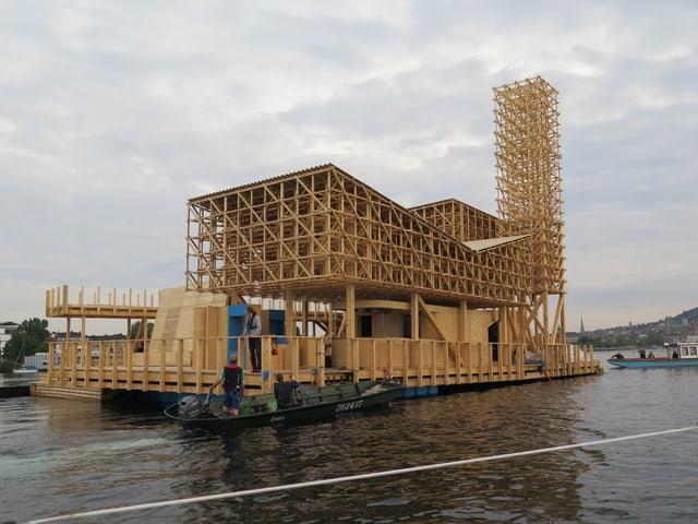 Zwei kleine Motorboote reichten, um den fast 200 Tonnen schweren Pavillon von einem Ufer zum anderen zu stossen.