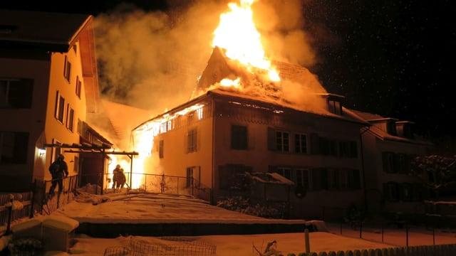Dachstock eines Hauses in Lampenberg steht in Flammen.