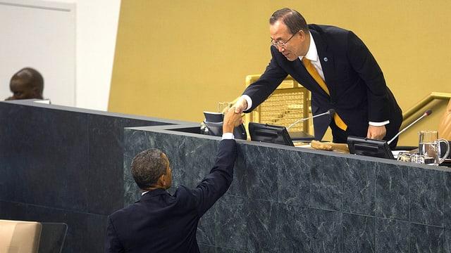 US-Präsident Barack Obama und Generalsekretär Ban Ki Moon schütteln sich die Hände.
