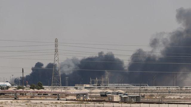 Rauch über einer Ölraffinerie in Saudi-Arabien.
