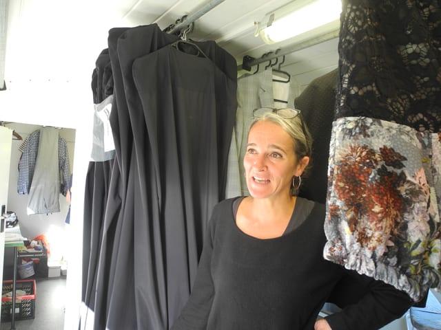 Kathrin Widmer zwischen den Kostümen.